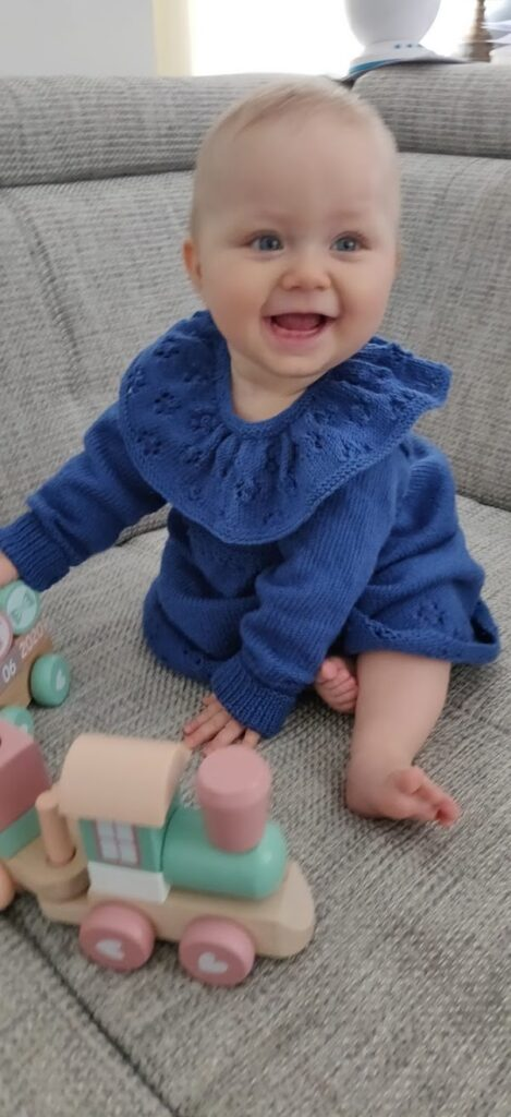 Kinderkleid stricken mit Ajourmuster und großem Kragen