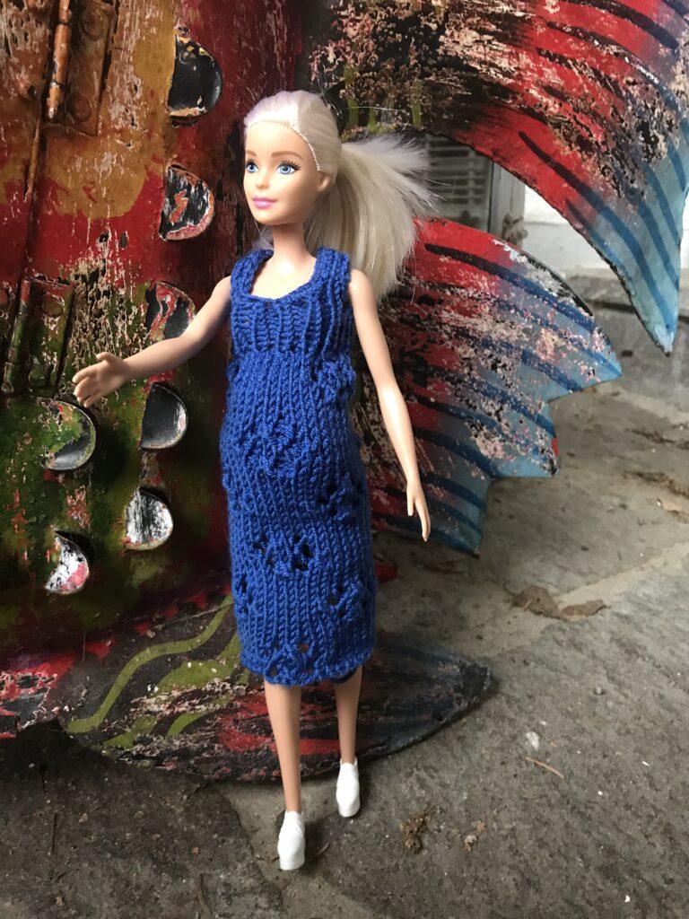 Fashionable Barbie schwanger und glücklich mit ihrem neuen stylischen Umstandskleid …