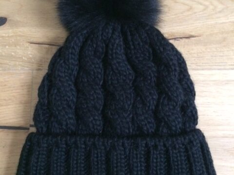 Mütze Zopfmuster mit Fellbommel